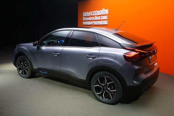 Полностью электрический хетчбэк Citroen e-C4 во время презентации для СМИ в Париже. Ожидается, что модель будет иметь ключевое значение для продаж компании - Sputnik Таджикистан