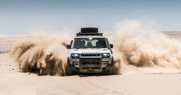 Автомобиль Land Rover Defender в пустыне в Намибии - Sputnik Таджикистан
