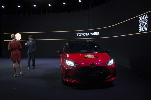 Председатель жюри европейского конкурса Автомобиль года - 2021 представляет победителя конкурса - модель Toyota Yaris - Sputnik Таджикистан