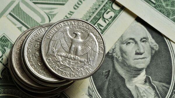 Монеты различного номинала Монетного двора США на фоне банкноты номиналом 1 доллар США - Sputnik Тоҷикистон