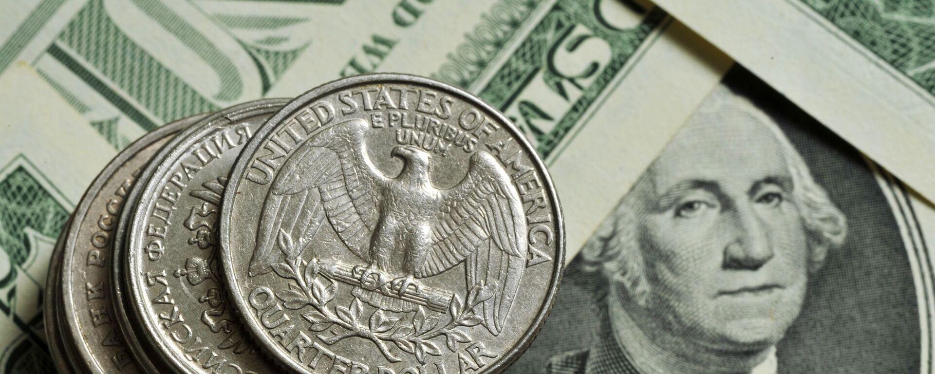 Монеты различного номинала Монетного двора США на фоне банкноты номиналом 1 доллар США - Sputnik Таджикистан, 1920, 31.03.2021