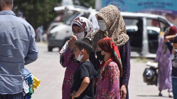Люди в масках в районе Рудаки, архивное фото - Sputnik Таджикистан