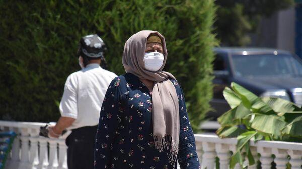 Женщина в защитной маске на улице - Sputnik Таджикистан
