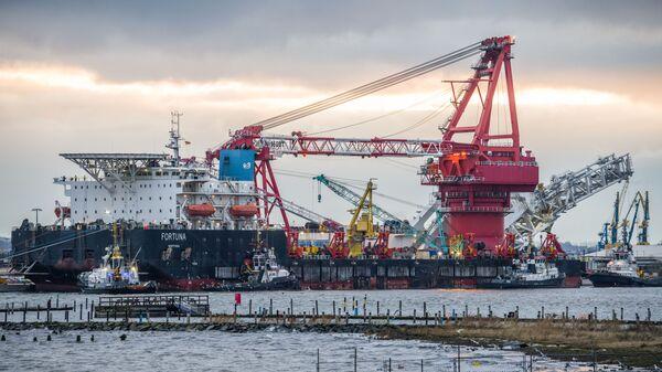 Судно-трубоукладчик Фортуна покидает порт Висмар, архивное фото - Sputnik Тоҷикистон
