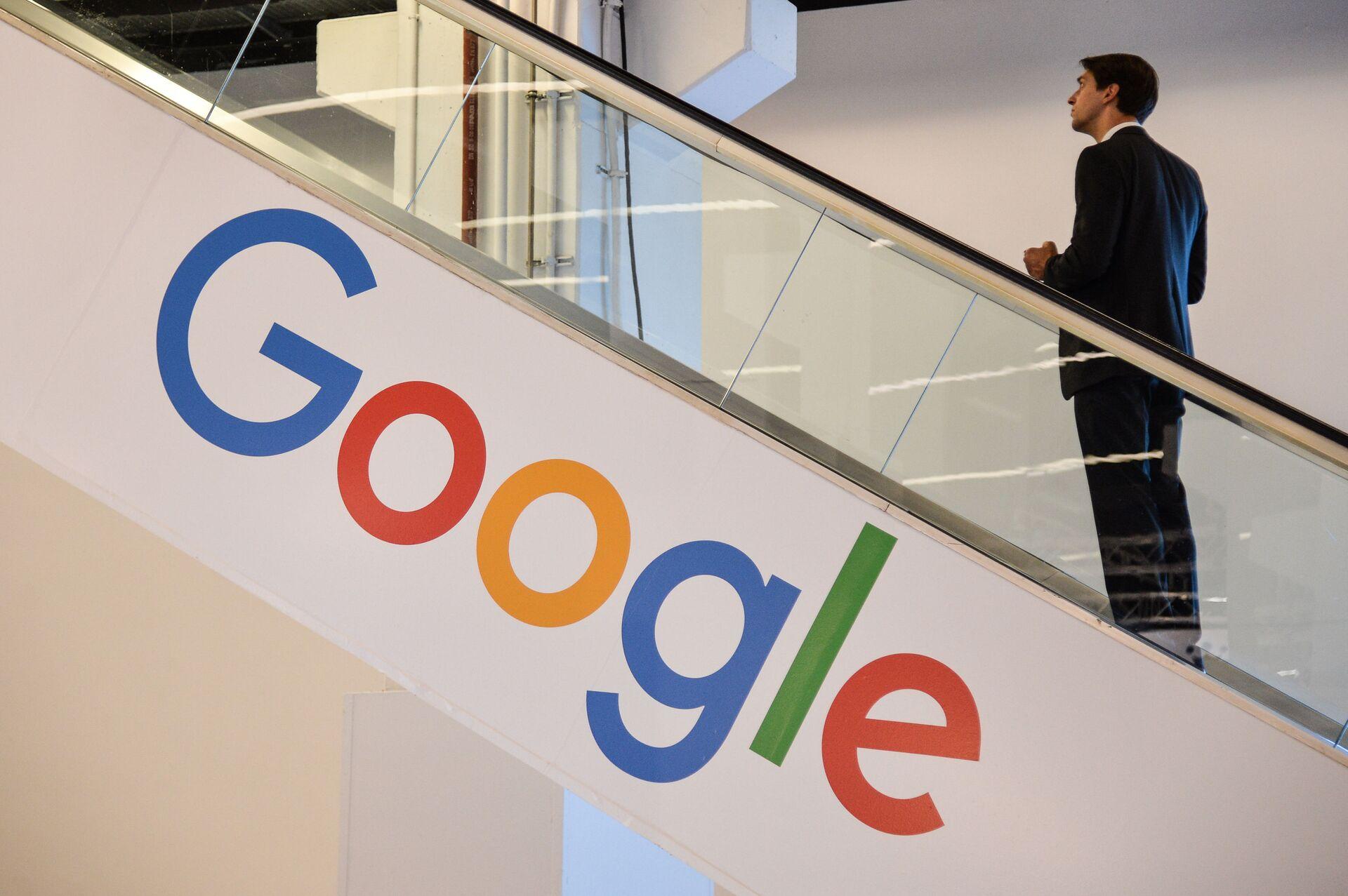 Мужчина на фоне лейбла компании Google - Sputnik Тоҷикистон, 1920, 14.09.2021
