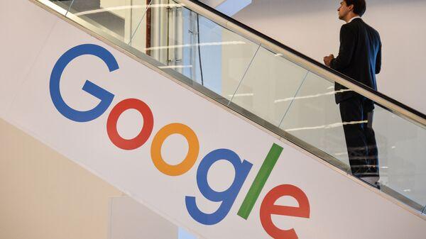 Мужчина на фоне лейбла компании Google - Sputnik Тоҷикистон