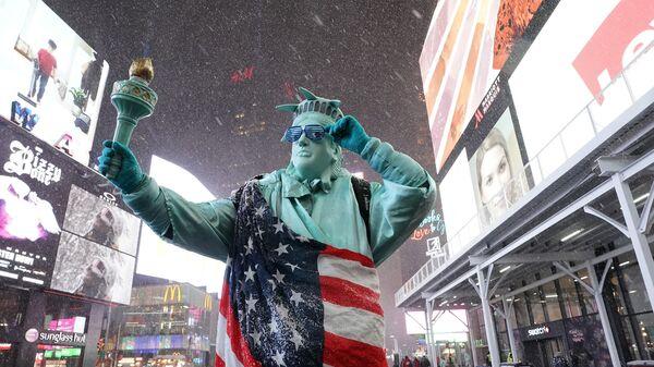 Человек в костюме Статуи Свободы на Таймс-сквер в Нью-Йорке - Sputnik Тоҷикистон