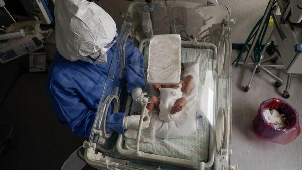 Медсестра с зараженным коронавирусом новорожденным в роддоме в Толуке, Мексика - Sputnik Тоҷикистон