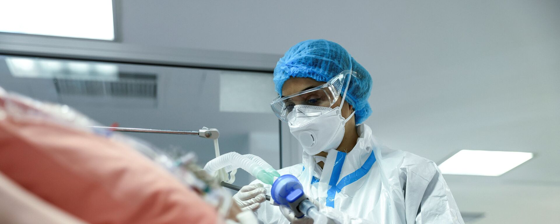 Медсестра у пациента в отделении интенсивной терапии в больнице в Афинах, Греция  - Sputnik Таджикистан, 1920, 07.07.2021