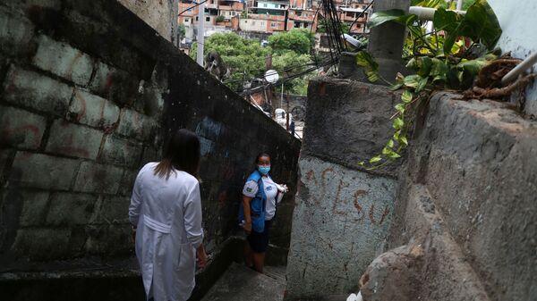 Медицинские работники делают прививки от коронавируса в трущобах Рио-де-Жанейро, Бразилия - Sputnik Тоҷикистон