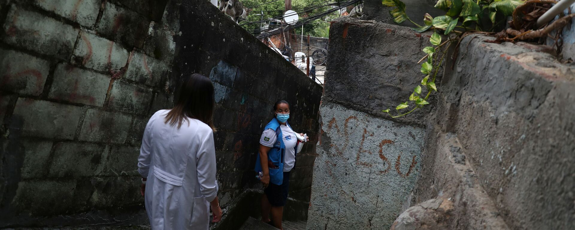 Медицинские работники делают прививки от коронавируса в трущобах Рио-де-Жанейро, Бразилия - Sputnik Тоҷикистон, 1920, 10.03.2021