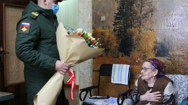 Военнослужащие поздравили ветерана труда с Международным женским днем - Sputnik Таджикистан