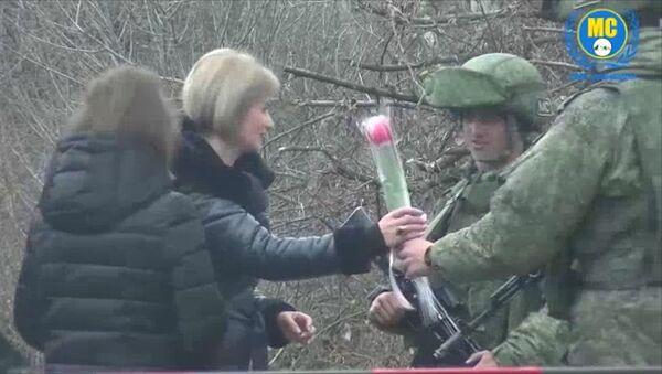 Российские миротворцы подарили цветы жительницам Карабаха и поздравили их с наступающим праздником - Sputnik Тоҷикистон