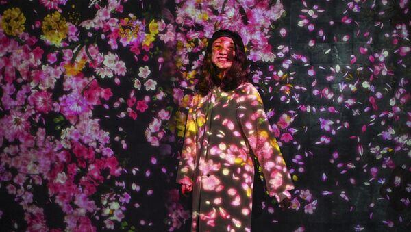 Девушка позирует фотографу на выставке Teamlab Borderless в Шанхае - Sputnik Тоҷикистон