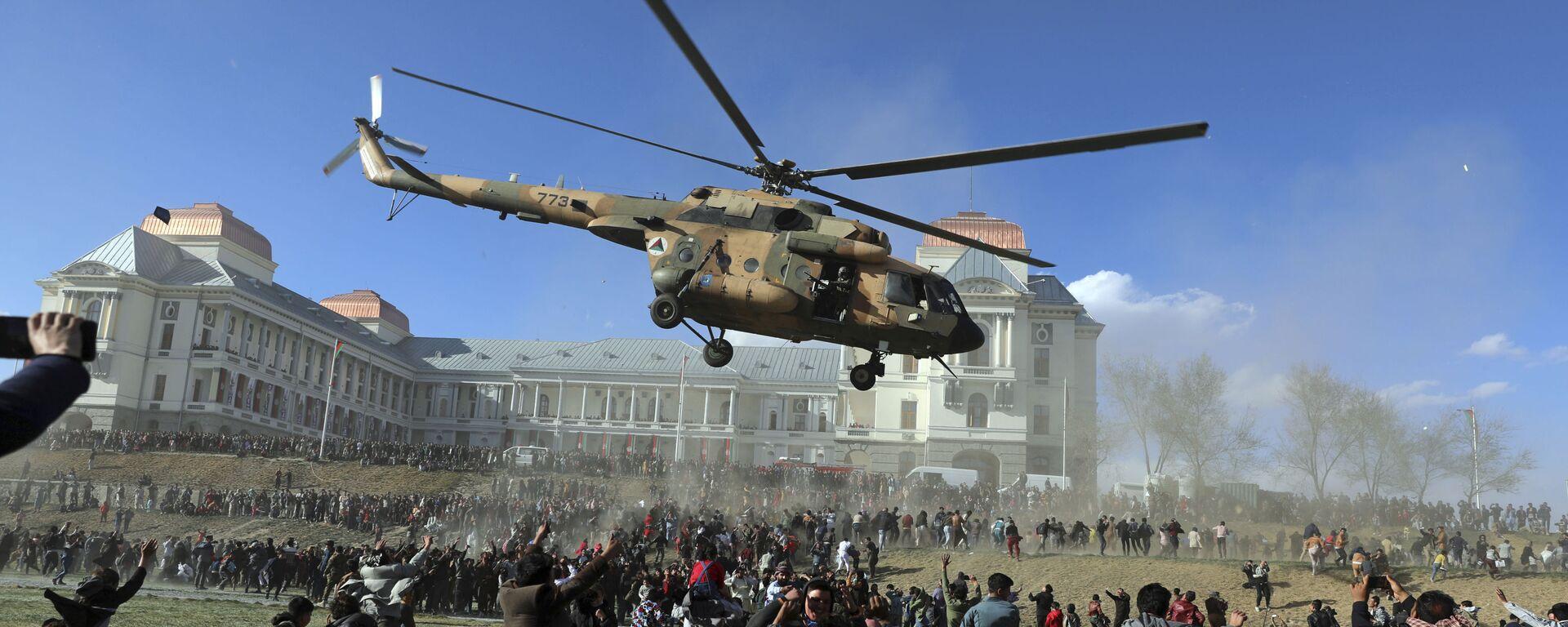 Военный вертолет во время выставки вооружения в Кабуле, Афганистан  - Sputnik Таджикистан, 1920, 30.06.2021