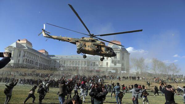 Военный вертолет во время выставки вооружения в Кабуле, Афганистан  - Sputnik Таджикистан