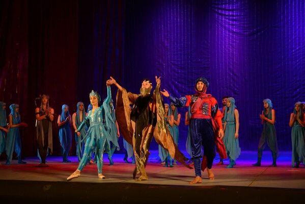 Участники постановки Золотое сердце Востока в Душанбе - Sputnik Таджикистан
