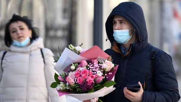 Мужчина с букетом цветов - Sputnik Тоҷикистон