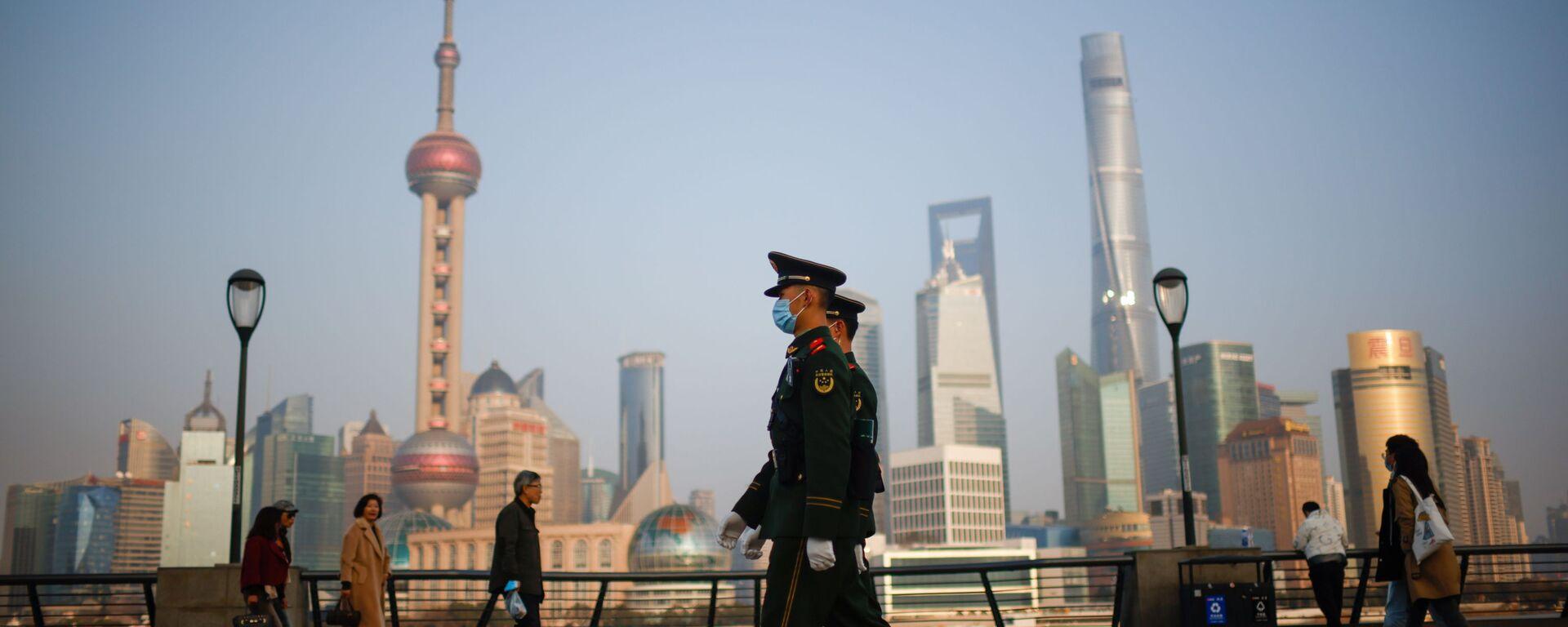 Офицеры полувоенной полиции маршируют у Бунда перед финансовым районом Луцзяцзуй в Пудуне в день открытия сессии Народного политического консультативного совета Китая (НПКСК) в Шанхае, Китай, 4 марта 2021 года - Sputnik Таджикистан, 1920, 11.03.2021