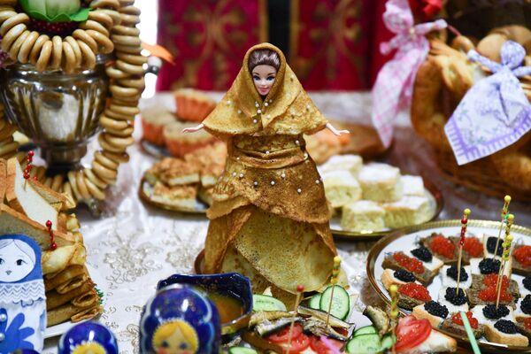 В Российско-Таджикском (Славянском) университете студенты и гости, приглашенные в вуз, с конкурсами, песнями, зажигательными танцами и блинами отпраздновали веселый и щедрый праздник - Масленицу - Sputnik Таджикистан