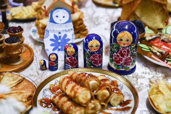 Отметим, что Масленица всегда была одним из самых долгожданных веселых и любимых праздников на Руси, она и сегодня не утратила своей популярности, а потому привлекает к себе всех вокруг - Sputnik Таджикистан