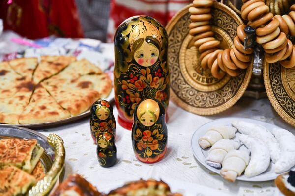 Главное, что в этот день все смогли вдоволь насытиться вкуснейшими блинами - символами праздника, а вместе с ними и богатой начинкой из красной и черной икры - Sputnik Таджикистан