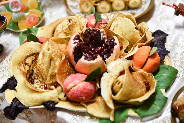 Коронное блюдо праздника, золотистые блины, символизируют яркое и теплое солнце - Sputnik Таджикистан