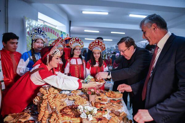 Этот праздник по доброй традиции отмечают ежегодно с самого начала основания вуза. Как и годами ранее, на мероприятие приехал посол Российской Федерации в Таджикистане Игорь Лякин-Фролов - Sputnik Таджикистан