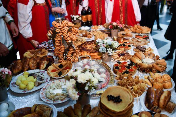 Помимо традиционных угощений, креативные мастера и мастерицы создали из выпечки невероятно красивые изделия, кукол в длинных нарядах из ажурных блинов и многие другие диковинные сувениры - Sputnik Таджикистан