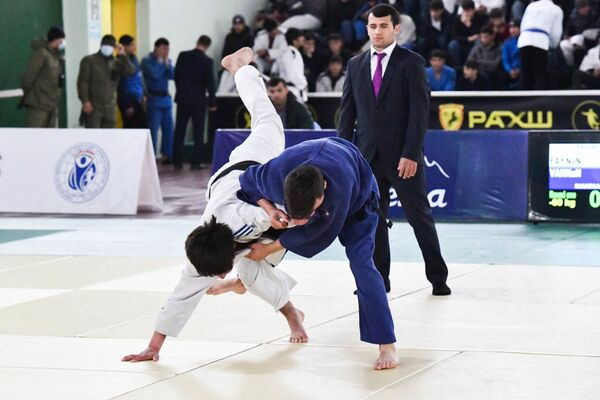 Соревнования организовали во Дворце тенниса, куда съехались дзюдоисты со всех регионов Таджикистана - Sputnik Таджикистан