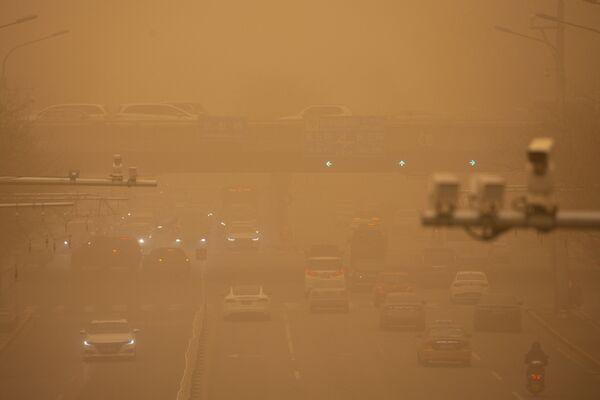 Автомобили на улице из-за слоя песка сложно разглядеть - Sputnik Таджикистан