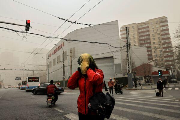 А после песчаной бури на город опустился туман, содержащий частички песка - Sputnik Таджикистан