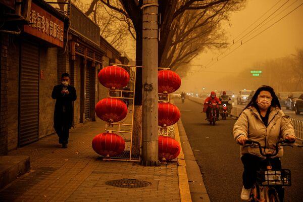 Красные фонарики, оставшиеся с празднования китайского Нового года, в песчаную бурю смотрелись пугающе - Sputnik Таджикистан