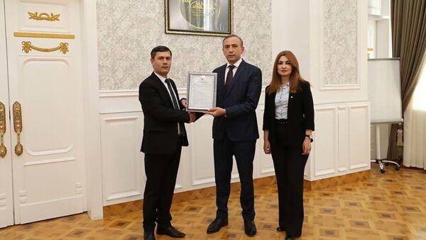 Председатель НБТ Хоким Холикзода и директор «ДС сугурта» Бахром Ашуров - Sputnik Тоҷикистон