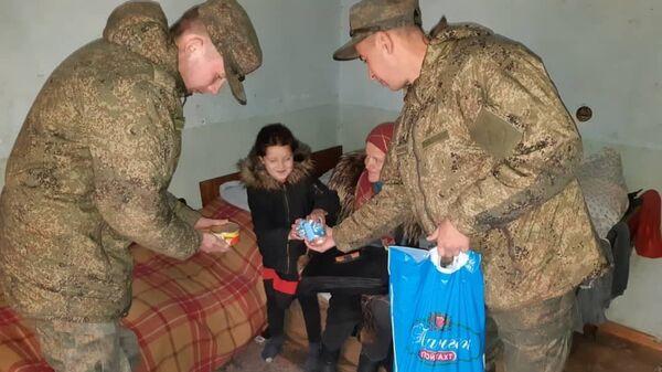 Российские военнослужащие в Таджикистане  оказали помощь многодетным семьям - Sputnik Таджикистан
