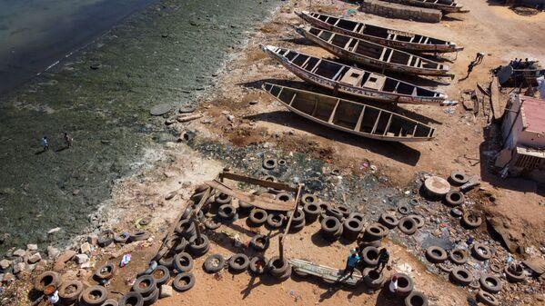 Вид с воздуха показывает воду, загрязненную неочищенными сточными водами, текущую по открытым каналам в океан в заливе Ханн на восточной окраине полуострова Дакар. Жители изо всех сил пытаются поддерживать чистоту своих пляжей с помощью гражданских инициатив - Sputnik Таджикистан
