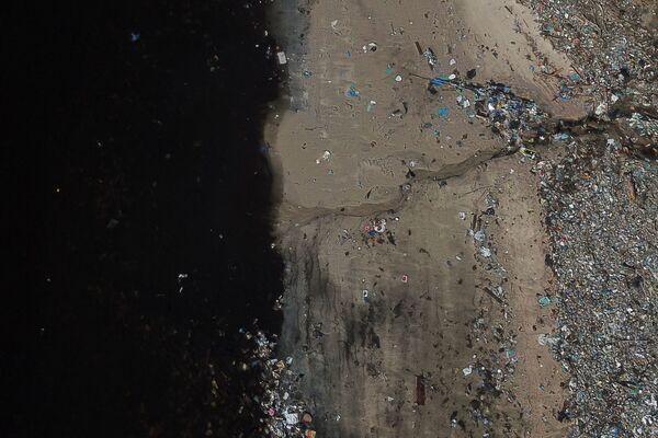 Мусор на берегу залива Гуанабара в Рио-де-Жанейро, Бразилия - Sputnik Таджикистан