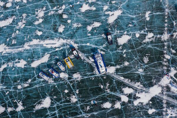 Озеро Байкал, один из самых чистых водоемов с пресной водой в мире, страдающего тем не менее от последствий загрязнения закрытого целлюлозного комбината - Sputnik Таджикистан