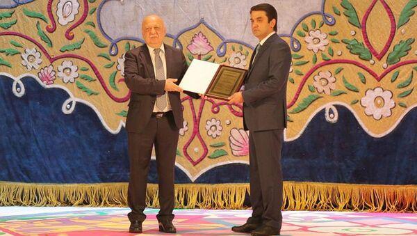 Вручение мэру Душанбе Рустаму Эмомали сертификата о объявлении Душанбе культурной столицей СНГ-2021 - Sputnik Таджикистан