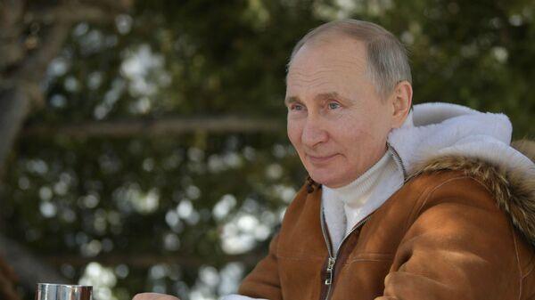 Президент РФ Владимир Путин во время прогулки в тайге - Sputnik Тоҷикистон