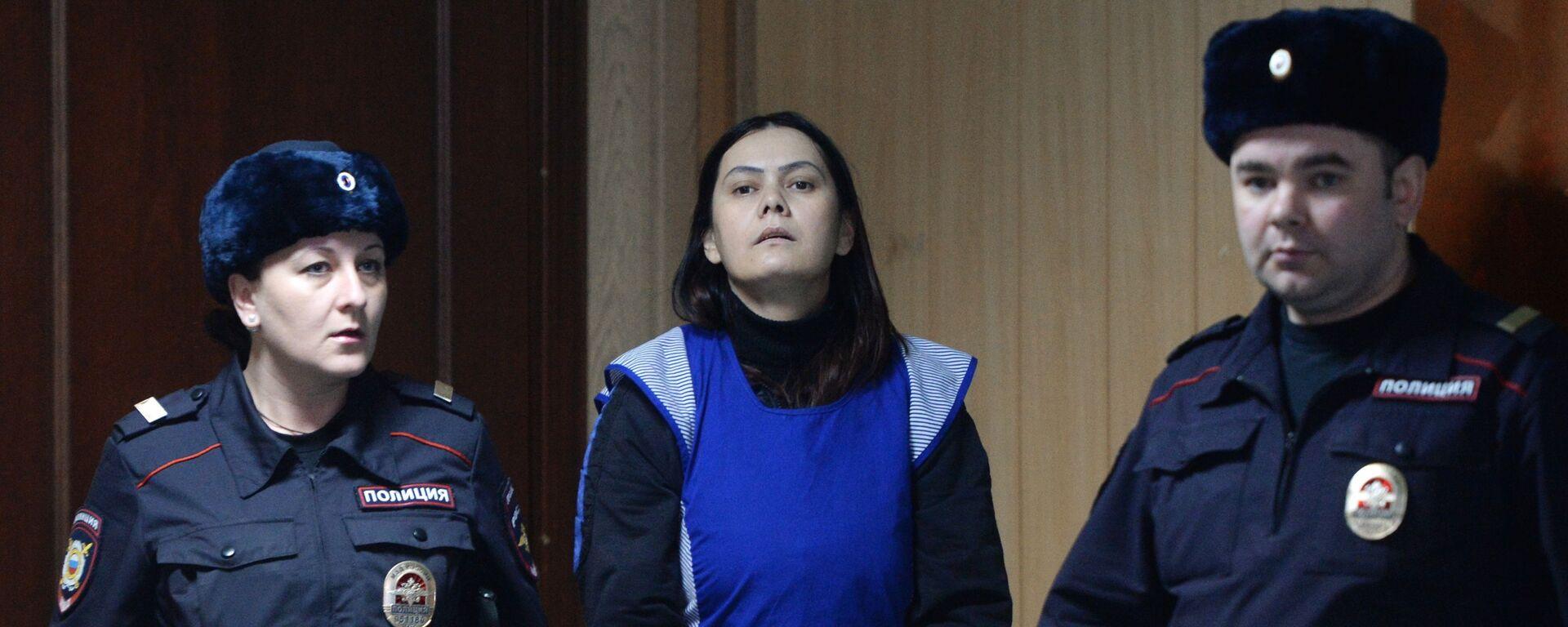Няня Гюльчехра Бобокулова (в центре), обвиняемая в убийстве 4-летней девочки Насти Мещеряковой - Sputnik Таджикистан, 1920, 23.03.2021