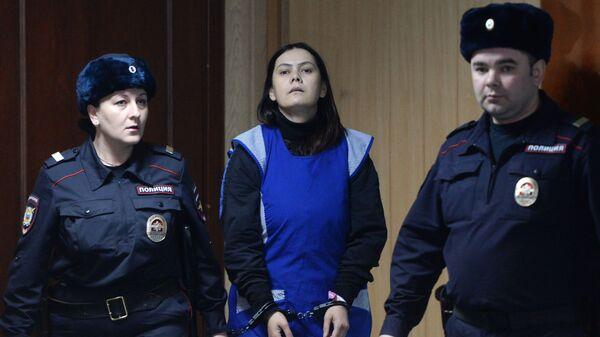 Няня Гюльчехра Бобокулова (в центре), обвиняемая в убийстве 4-летней девочки Насти Мещеряковой - Sputnik Тоҷикистон