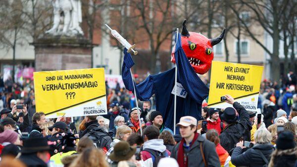 Акция протеста против мер по борьбе с коронавирусом в Касселе, Германия - Sputnik Тоҷикистон