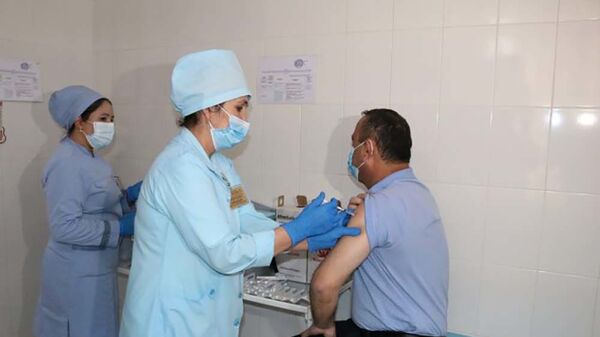 Руководство и персонал городской клинической инфекционной больницы вакцинированы от COVID-19 - Sputnik Тоҷикистон