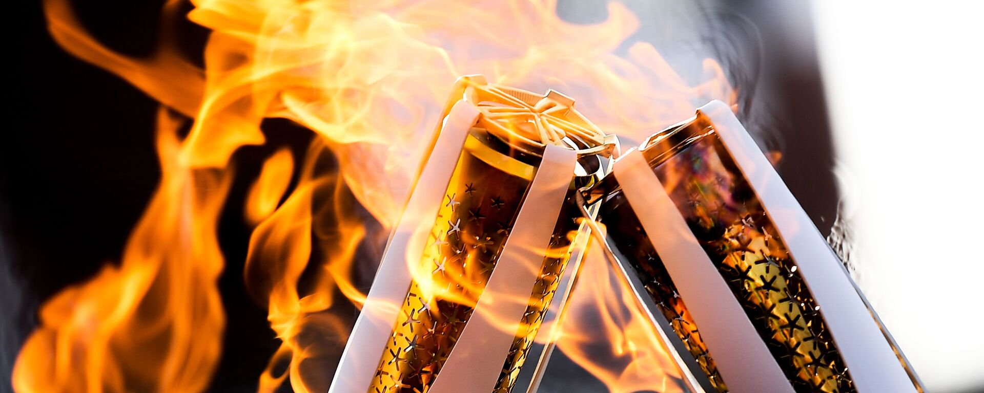 Факелы с Олимпийским огнём во время эстафеты Олимпийского огня - Sputnik Тоҷикистон, 1920, 21.07.2021