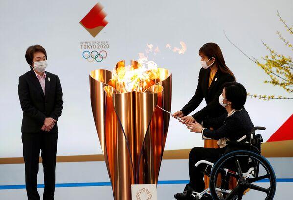 Глава оргкомитета Олимпийских игр - 2020 Сэйко Хасимото во время старта эстафеты огня в префектуре Фукусима  - Sputnik Таджикистан