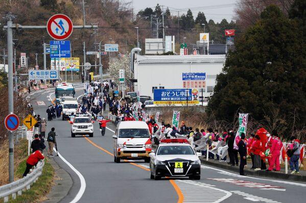 Факелоносцы в сопровождении конвоя во время эстафеты Олимпийского огня в Токио - 2020 в префектуре Фукусима, Япония - Sputnik Таджикистан