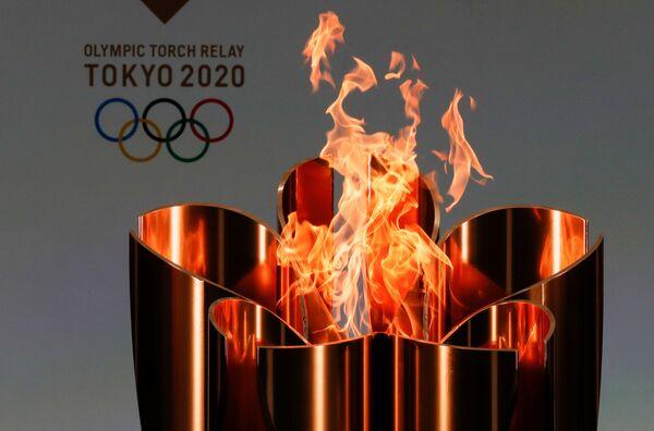 Олимпийский огонь во время эстафеты Олимпийского огня в Токио - 2020 в префектуре Фукусима, Япония - Sputnik Таджикистан