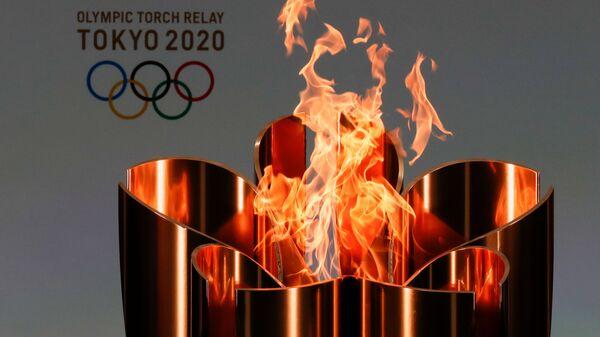 Олимпийский огонь во время эстафеты Олимпийского огня в Токио-2020 в префектуре Фукусима, Япония - Sputnik Тоҷикистон