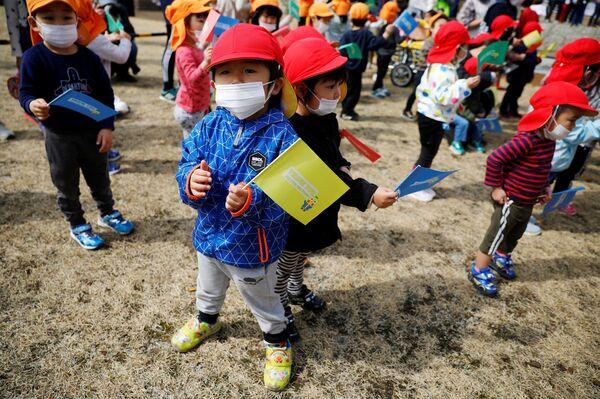 Дети во время эстафеты огня в префектуре Фукусима - Sputnik Таджикистан